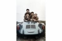 foto: Wolfgang Porsche (1953, dcha.) con sus hermanos (izda.) Hans-Peter, Ferdinand Alexander y Gerhard en el Porsche 550 Spyder.jpg