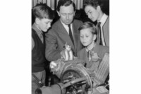 foto: Wolfgang Porsche (1953, primer plano) con sus hermanos Hans-Peter (izda.) y Ferdinand Alexander (dcha.) y su padre Ferry Porsche (centro).jpg
