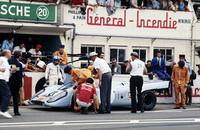 foto: 15_porsche_917_el equipo Porsche-Gulf en los boxes de Le Mans.jpg