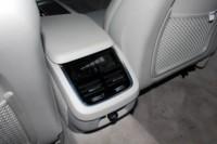 foto: 24c_Volvo_V90_Studio_Interior_asientos traseros consola mandos aire.JPG