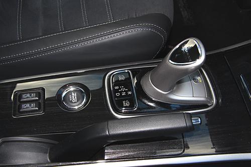 39 Mitsubishi Outlander PHEV Kaiteki 2016 interior consola selctor 500