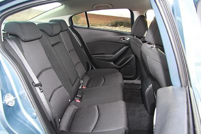 41-mazda3-2-2-d-sportsedan-luxury-pack-safetynavi-2016-interior-asientos-traseros-400